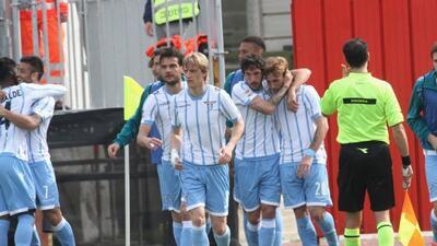 Lucas Biglia es felicitado por sus compañeros del Lazio.