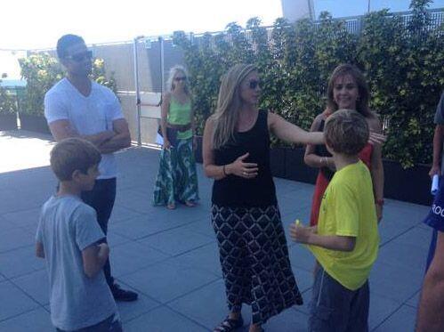 El novio con su hermana Amy, sus sobrinos y las wedding planners.