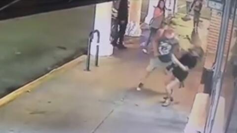 El asalto físico contra una mujer en Venice, California fue captado por...
