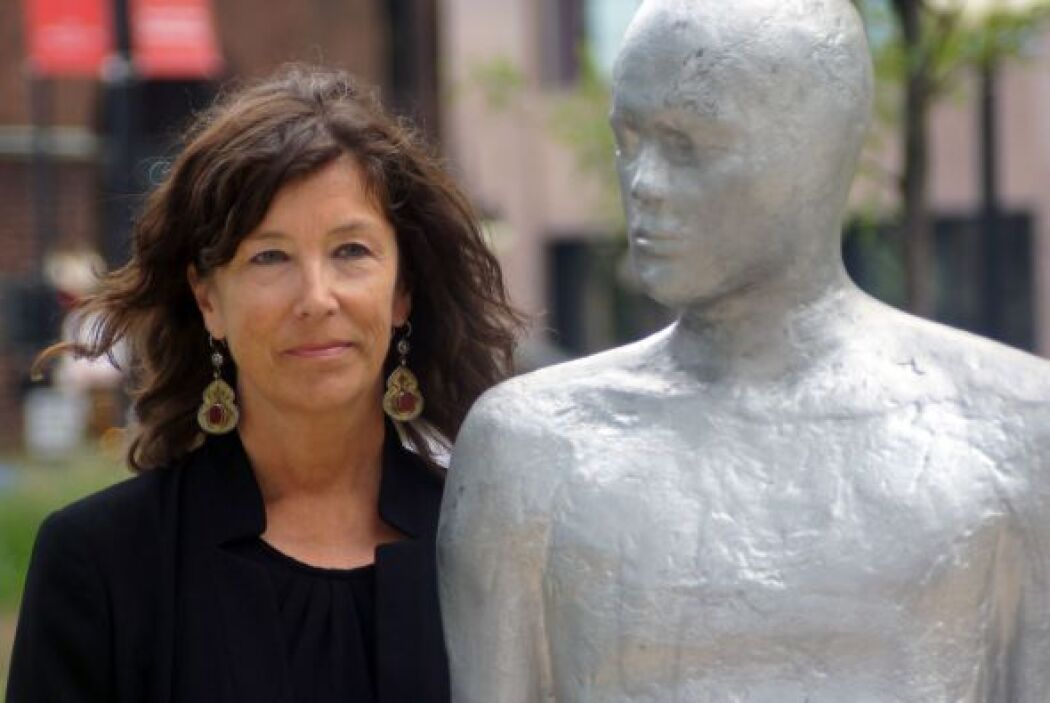 La escultora Steinunn Thórarinsdóttir junto con una de sus piezas.