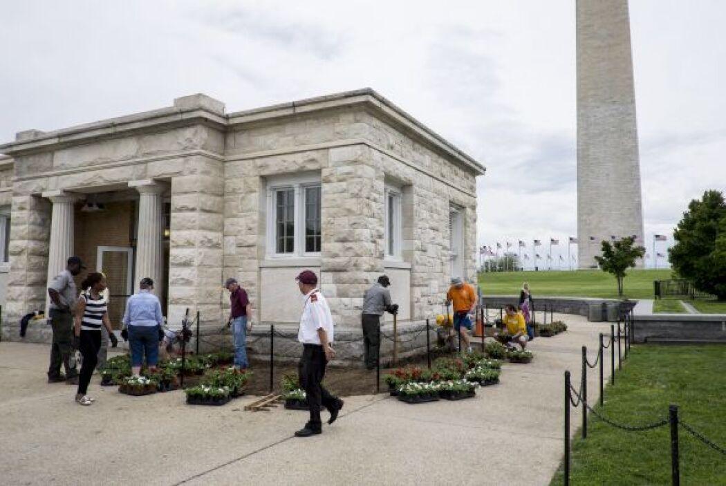 Los escombros cayeron dentro y fuera del monumento y los visitantes se a...