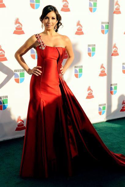 Para el 2009 Blondet eligió un vestido ceñido al cuerpo, en el color de...