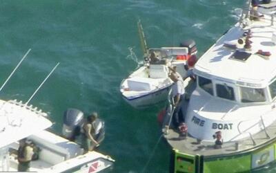 Dos botes con varias personas a bordo se inundaron casi simultáneamente...