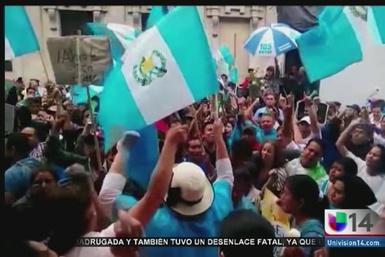 Guatemaltecos del área de la bahía reaccionan a cambios de gobierno
