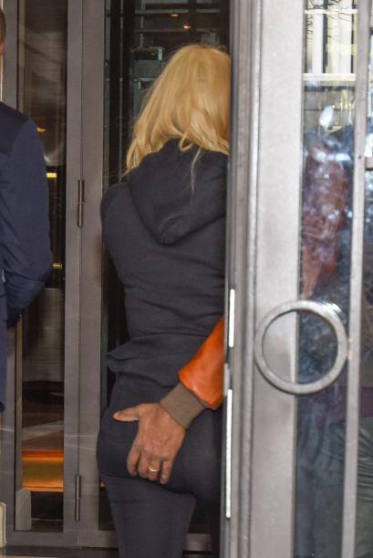 Al entrar al hotel, Kanye agarró a su mujer.