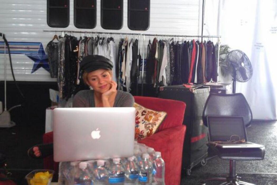 Shakira no para de trabajar y estar en contacto con sus fans.  Aquí los...