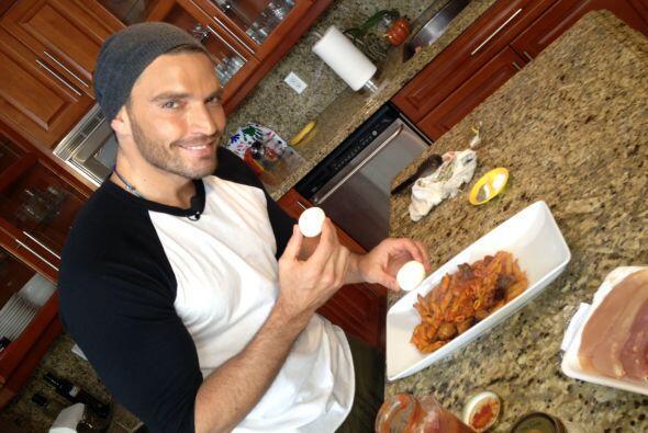 Mientras cocinaban, Roger aprovechó para entrevistarlo sobre sus...