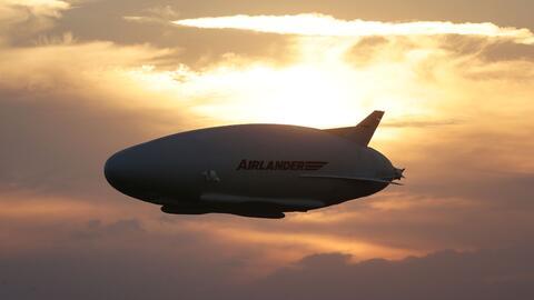La aeronave híbrida Airlander 10 realiza su primer vuelo en Ingla...