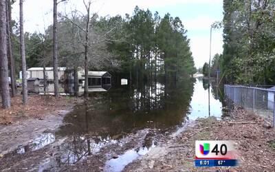 Residentes de White Oak continúan enfrentado los efectos del paso del hu...