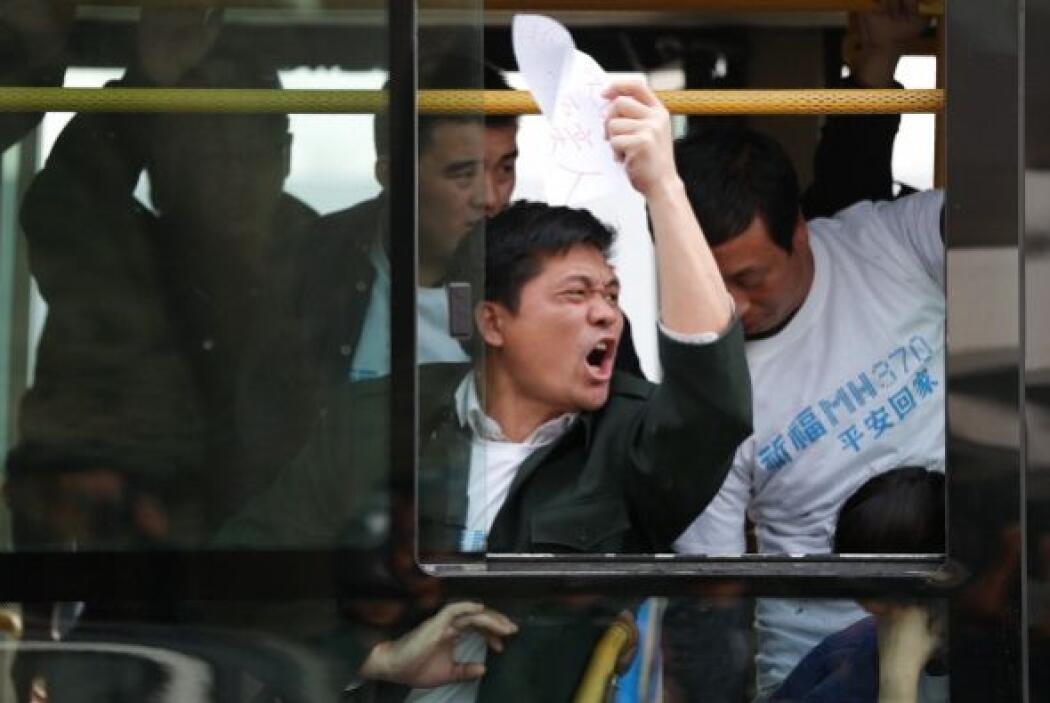 Los familiares de los ciudadanos chinos desaparecidos en el avión se enf...