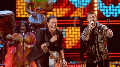Carlos Vives cantando con Juanes.