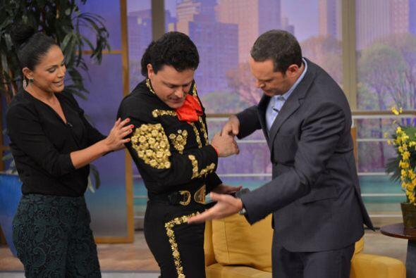 Pedrito llegó muy elegante luciendo su traje de charro y comprobamos que...