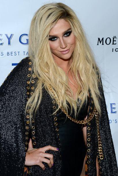 Kesha por su parte parece recien salida de un ataúd; sus prendas con apl...