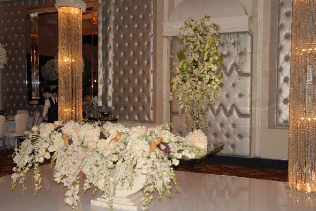 Las flores embellecían aún más el elegante salón elegido para el festejo.