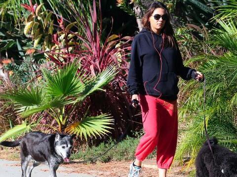 Mila Kunis se encontraba muy tranquila paseando con sus mascotas.Mira aq...