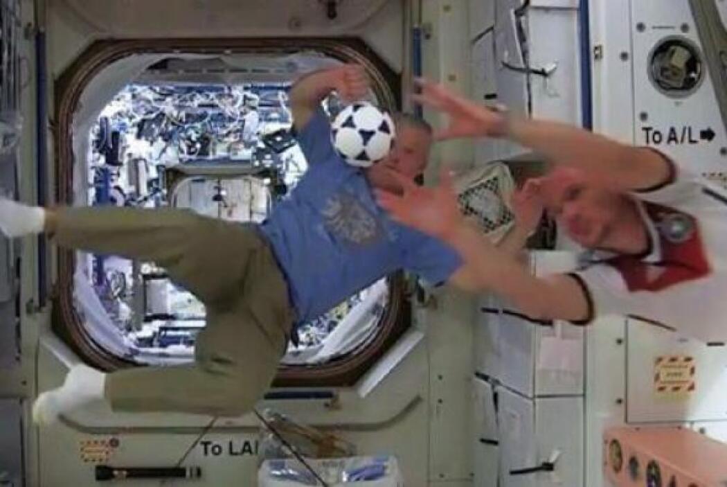 Saludos   desde #  ISS   @   Astro_Alex  :   tripulación de la ISS   se...