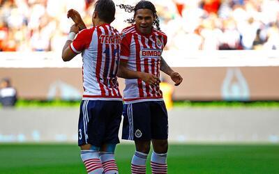 Carlos Salcedo y Carlos Peña de Guadalajara celebran el gol de Pe...