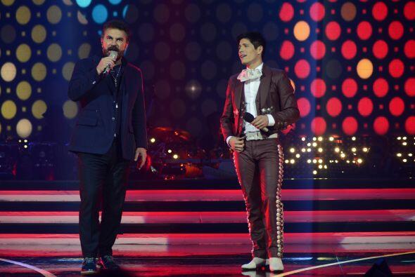 Mijares eligió a Fernando para cantar con él uno de sus hits.
