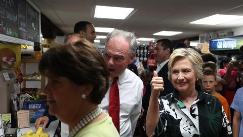 El Senador Tim Kaine y la ex secretaria de Estado Hillary Clinton en su...