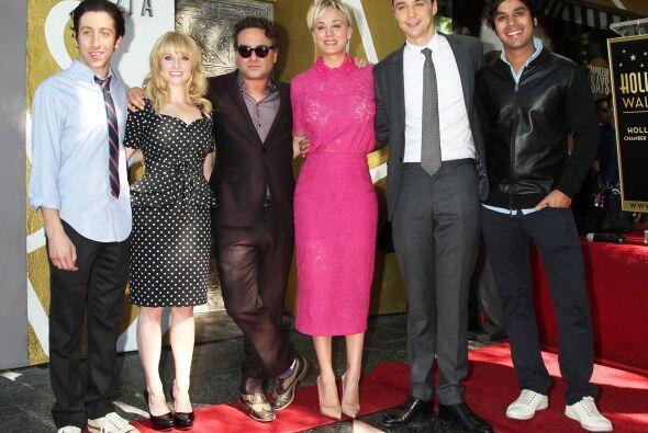 Melissa Rauch, Johnny Galecki, Kaley Cuoco, Jim Parsons y Kunal Ayyar (d...