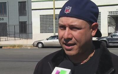 Autoridades migratorias realizan llamada a un mexicano deportado y le pe...