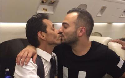 Uno de los besos que Marc Anthony compartió después del mo...