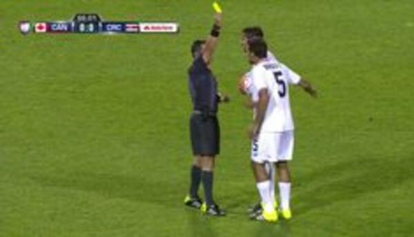 Tarjeta amarilla. El árbitro amonesta a Celso Borges de Costa Rica
