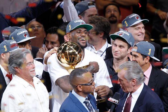 Aquí está LeBron James abrazando el Trofeo Larry O'Brien d...