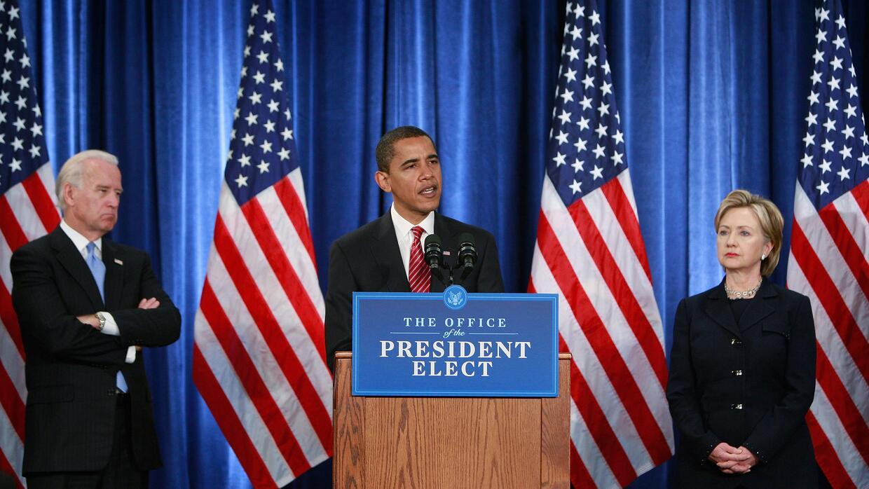El vicepresidente Joe Biden, izq, observa mientras Barack Obama presenta...