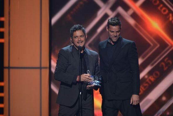 Ricky Martin le entregó el premio a la excelencia a Alejandro Sanz.