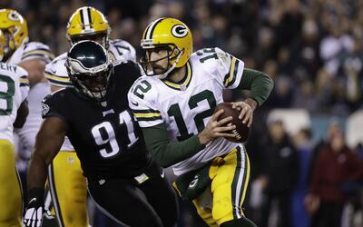 Rodgers brilló y los Packers le pegaron a los Eagles en Lunes por la Noche
