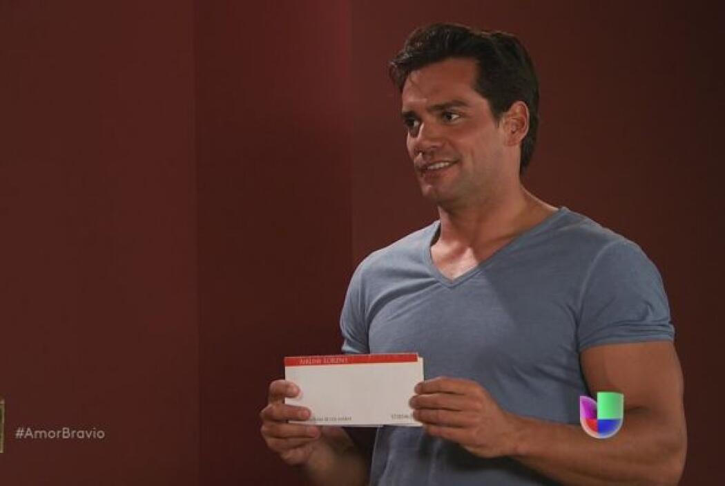 Daniel tiene en la mano los boletos de avión para regresar a Chile.