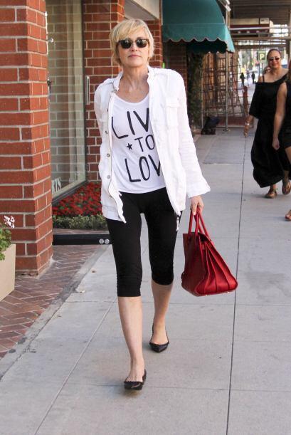 Sharon Stone se paseo por las calles con un look muy sencillo; unas poin...