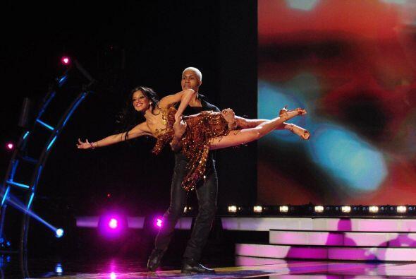 Esta chica movió sus caderas y emocionó al público con su espectáculo.