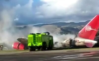 En pleno vuelo, un avión estalló en llamas con 100 pasajeros a bordo y t...