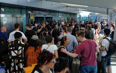 Cientos de pasajeros quedaron varados en la terminal 5 del aeropuerto de...