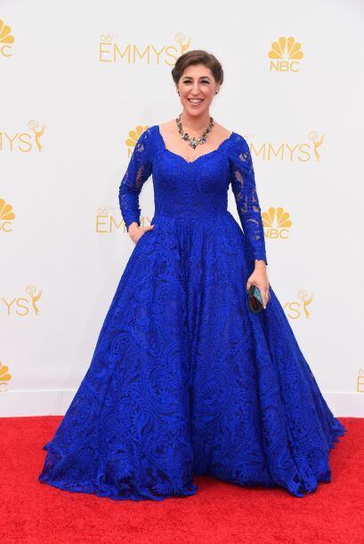 Por desgracia, Mayim Bialik siempre es una de las peores vestidas de la...