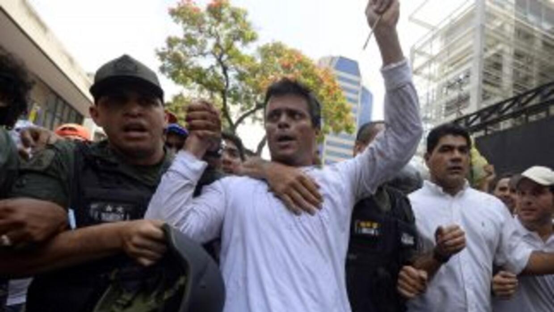 El momento en el que Leopoldo López es tomado en custodia por la Guardia...