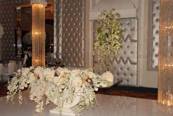 Las flores embellecían aún más el elegante sal&oacu...