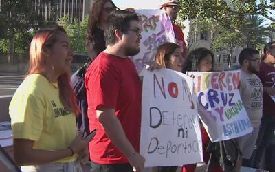 Jóvenes indocumentados realizan marcha en la cárcel de Santa Ana y exige...