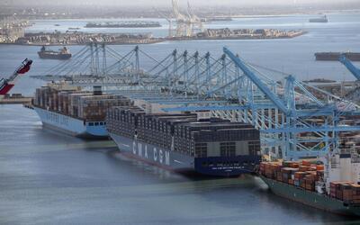 Buscan helicóptero que se estrelló en el puerto de Los Ángeles