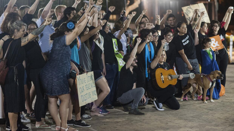 Con mariachis, medio centenar de manifestantes protestan frente a la cas...