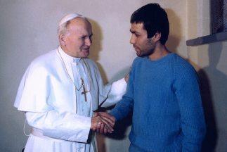El Papa Juan Pablo II cuando visitó a Alí Agca en la prisión, dos años d...