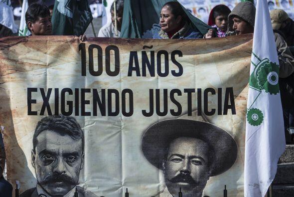 Los campesinos sostienen un cartel con los idealistas Pancho Villa y Emi...