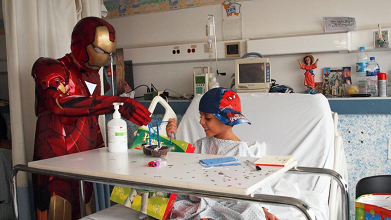 Los disfraces del doctor Gallegos que alegran a los niños con cáncer en...