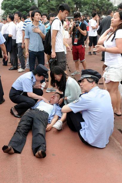 Varios agentes uniformados aparecen ensangrentados en las primeras fotog...