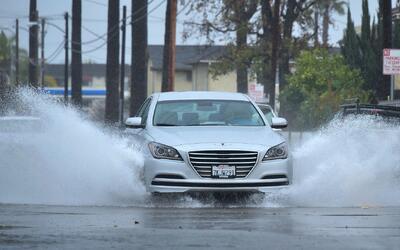 Tres tormentas arrasan el sur de California y obligan a cientos de famil...