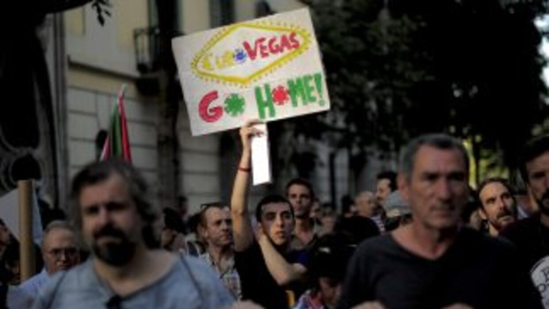 Cientos de personas se han manifestado en calles españolas en contra de...