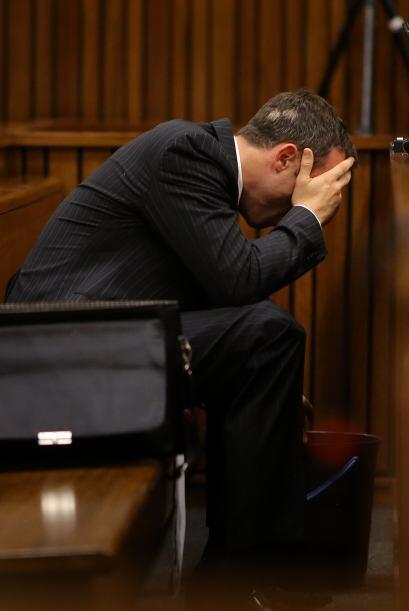 Brevemente la imagen del cuerpo de Steenkamp fue mostrado y Pistorius se...