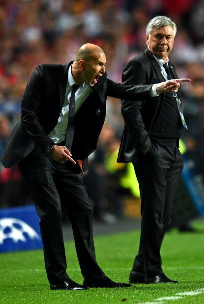 Y ¿qué decir de Zidane? que hasta Ancelotti lo miró con extrañeza por el...
